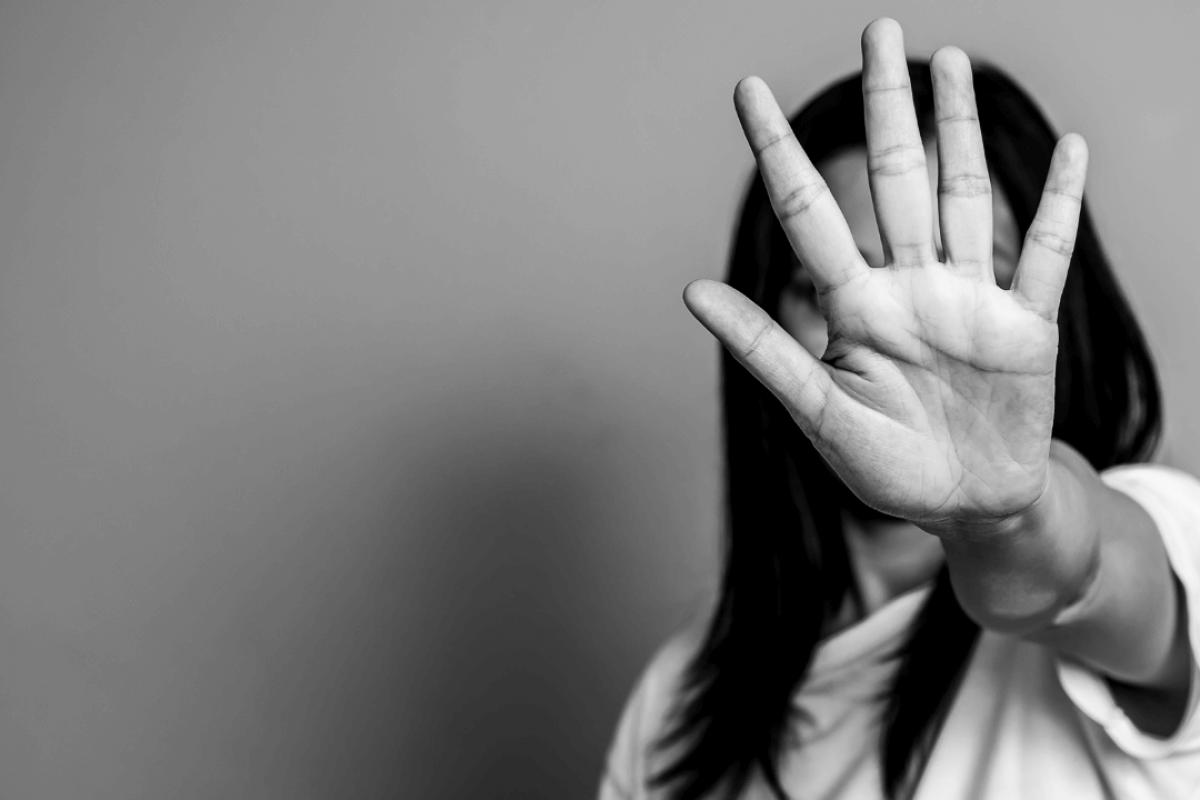 femme qui cache son visage avec sa main